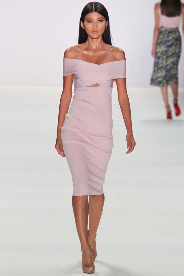 Модное коктельное обтягивающее платье розового цвета бретелек с чашечками в районе груди - новая модель 2017 года из коллекции Cushnie et Ochs.