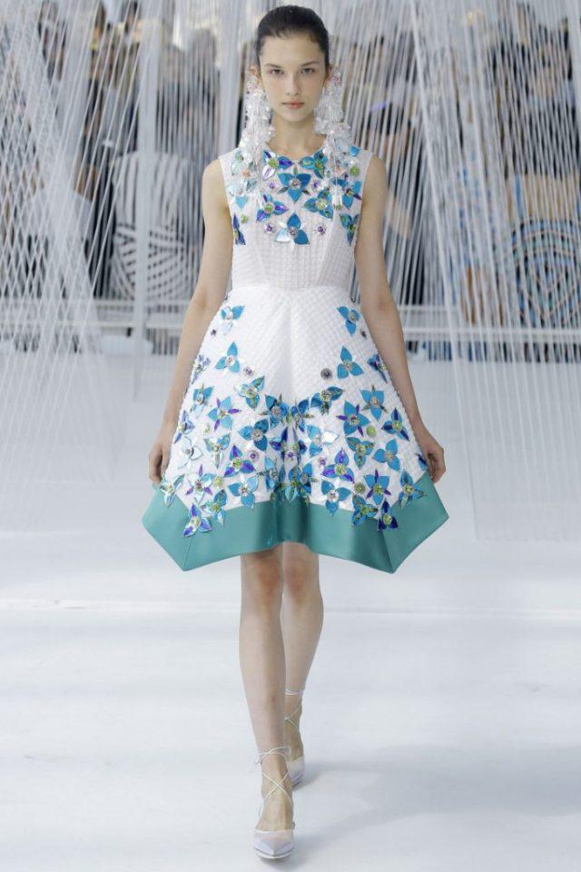 Коктельное платье с принтом, украшенное стразами - новая модель 2017 года коллекции Delpozo.