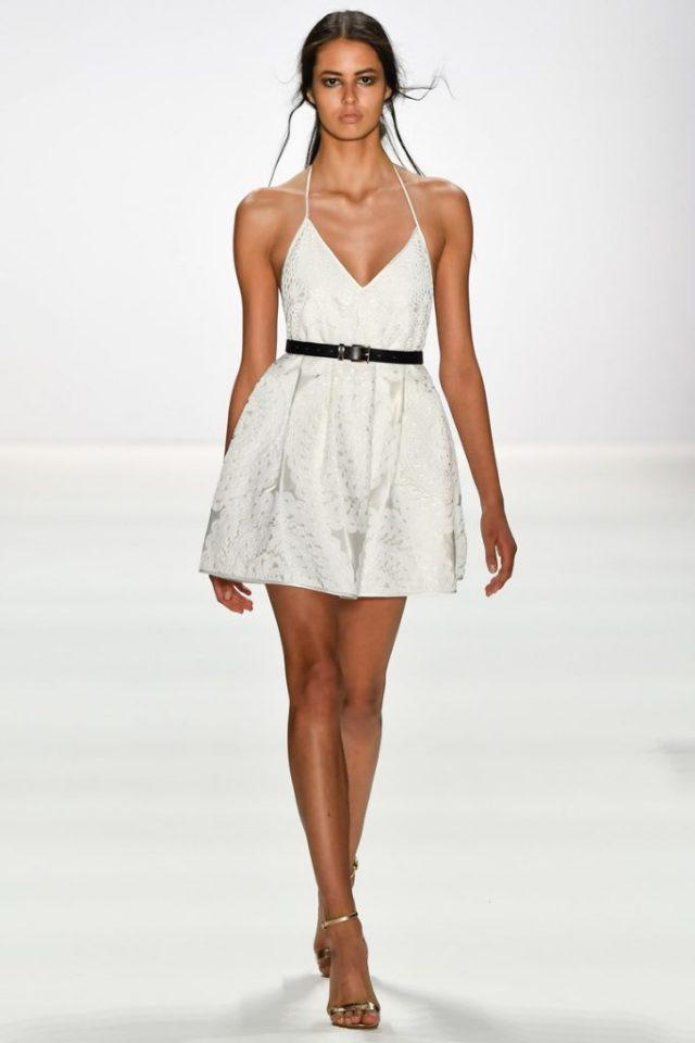 Короткое платье белого цвета на тонких бретельках - модель 2017 года из коллекции Dimitri.