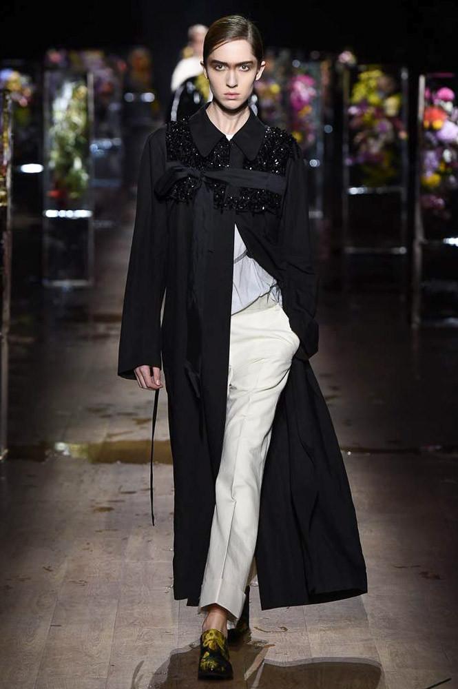 Модное длинное пальто 2017 черного цвета - фото обзор коллекции Dries Van Noten.