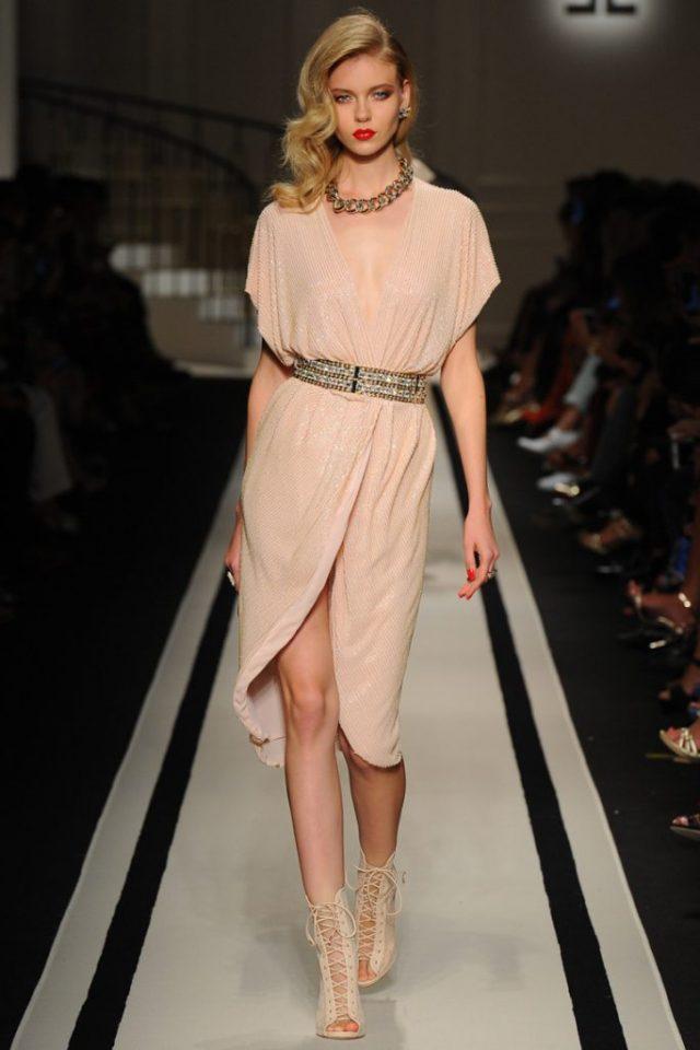 Коктельное платьекремового цвета прямого кроя с запахом - новая модель 2017 года из коллекции Elisabetta Franchi.