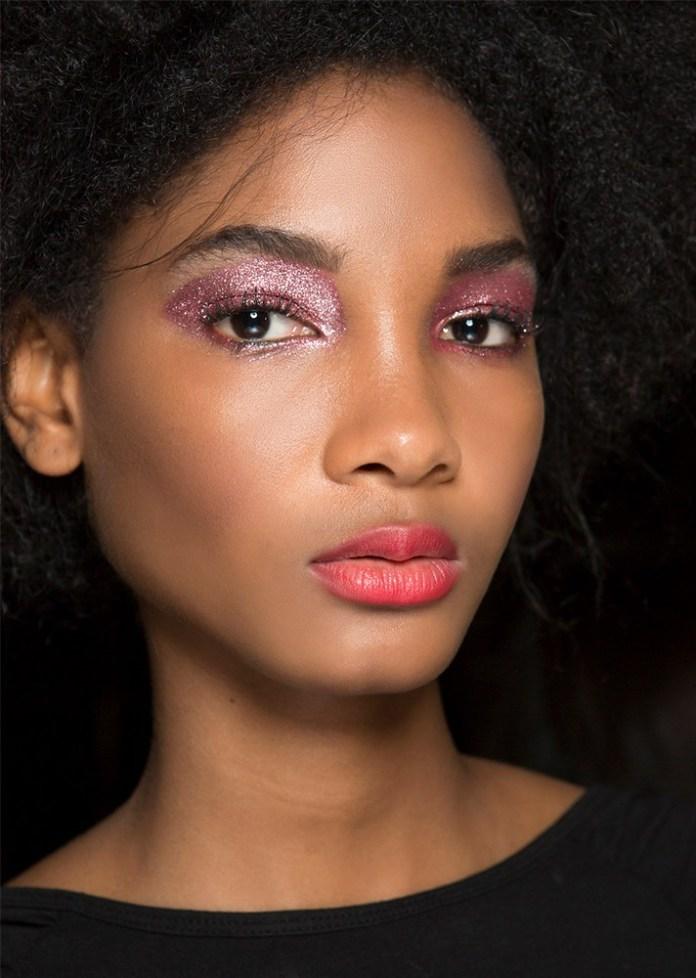 Модный макияж с блестящими тенями