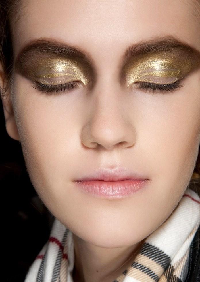 Простой способ сделать вечерний макияж, это модные в этом сезоне блестящие тени