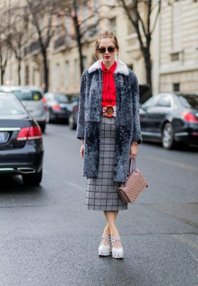 Серого цвета прямая юбка в клетку с серым меховым пальто.