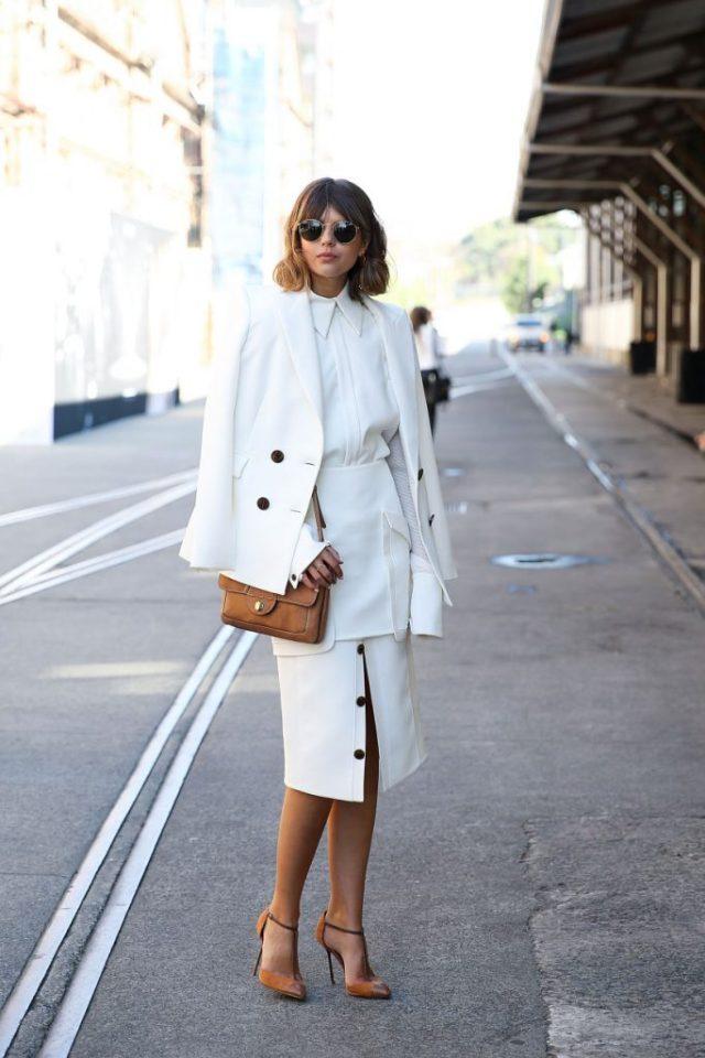 Элегантная белая юбка на пуговицах с такого же цвета юбкой.