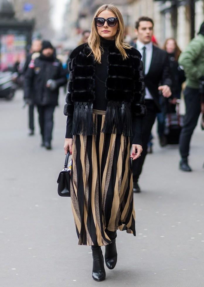 Оригинальная юбка в вертикальную полоску с черной меховой курткой и ботильонами.