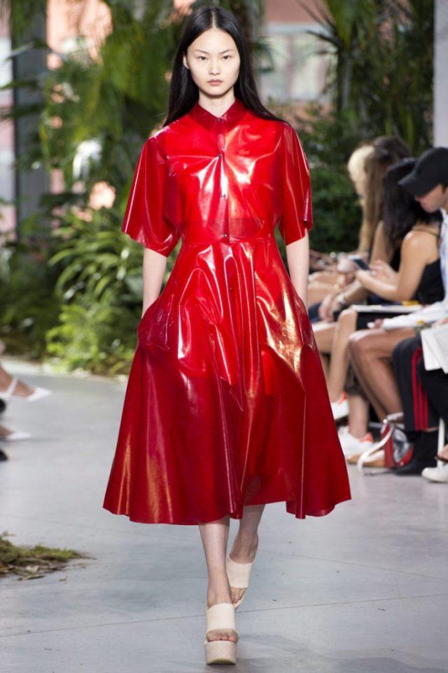 Красное лакированное платье Lacoste весна-лето 2017