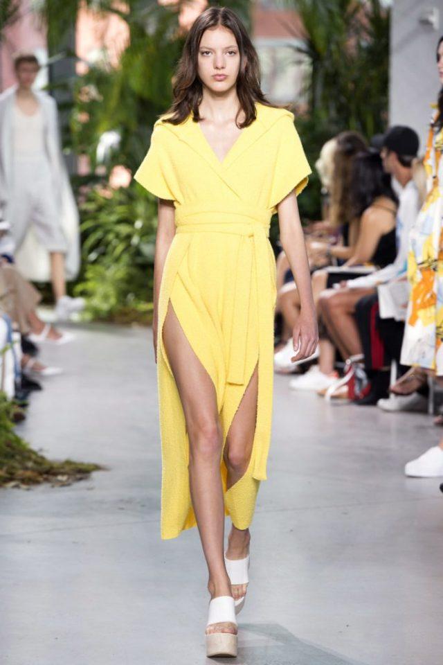 Желтое длинное летнее платье в коллекции Lacoste весна-лето 2017