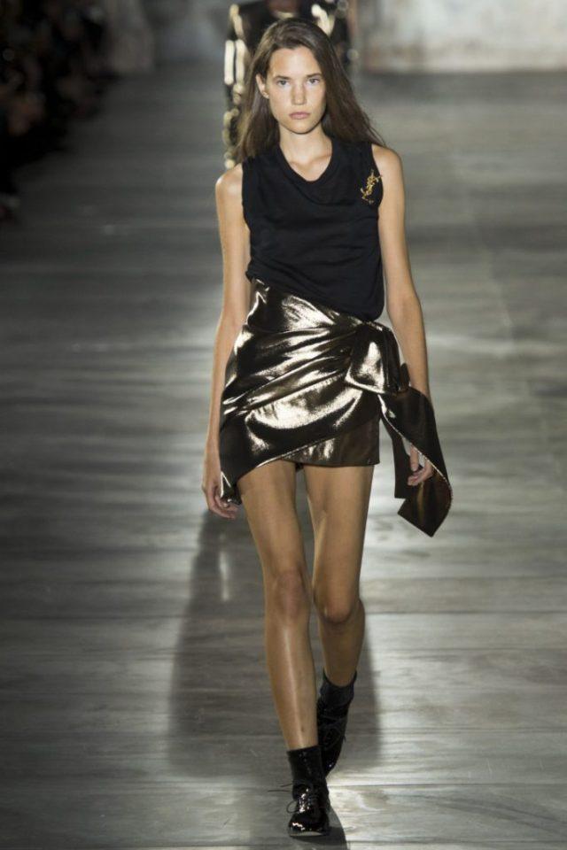 Оригинальная мини юбка из золотой ткани с черным топом фото коллекции Saint Laurent 2017 года.