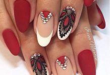 Красный маникюр с френчем и рисунками на коротких ногтях