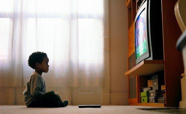 cocuklarin-televizyon-bagimlisi-olmasi