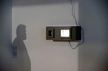 Claudio Alvarez - 1+1=3, 2014 - MDF, acrílico, espelho, alumínio, motor elétrico, super LED - 25 x 60 x 26 cm - Foto Gilson Camargo