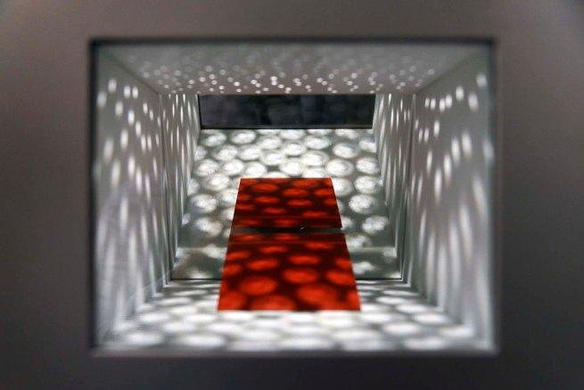 Claudio Alvarez - Odisséia, 2019 - Madeira, vidro, espelho, motor e refletor - 45 X 30 X 24 cm - Gilson Camargo