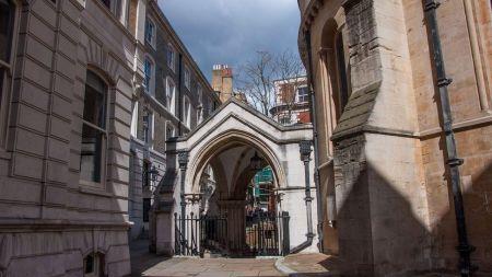 Olhando do pátio da Igreja do Templo em direção à sua entrada original, agora submersa abaixo do nível da rua moderna (Crédito: Amanda Ruggeri)