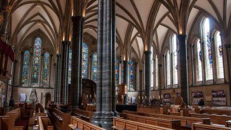 Construída 65 anos após a nave redonda, a 'nova' capela-mor tem todas as características do estilo gótico totalmente florido, incluindo muita luz (Crédito: Amanda Ruggeri)