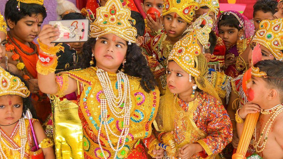 Hindu tanrıları Rama ve Sita gibi giyinmiş Hintli çocuklar Diwali'yi kutluyor (Kredi: Getty)