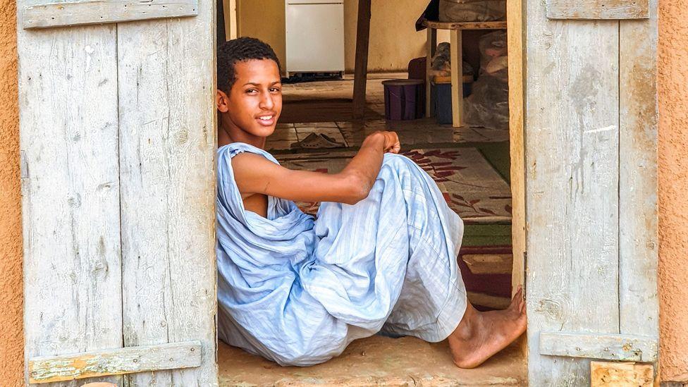 En Mauritanie, les jeunes générations portent régulièrement des daraas bleus (Crédit : Juan Martinez)