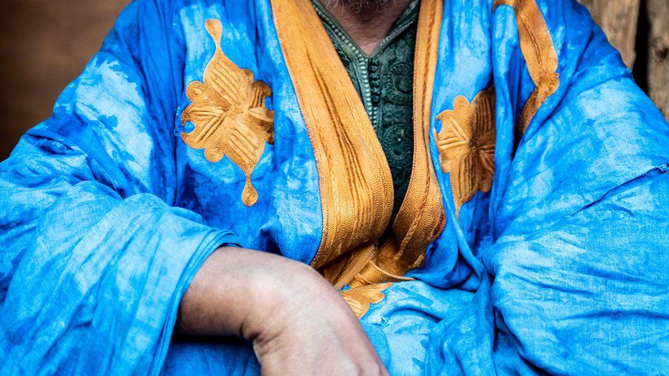 De nombreux daraas en Mauritanie sont ornés de broderies dorées et blanches (Crédit: Juan Martinez)