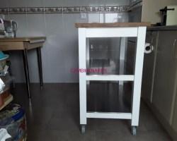 Mesa auxiliar de madera blanca