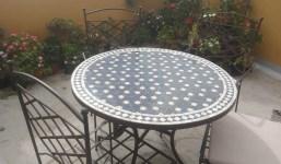 Se vende mesa mosaico estilo marroqui . Hierro fundido. 4 sillas