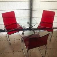 Mesa y tres sillas