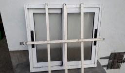 Ventanas y puerta metálica