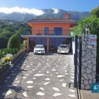 Casa con piscina y hermosas áreas verdes en Breña Alta