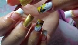 Se hacen uñas semi-permanentes y acrílicas