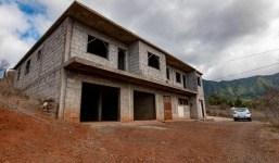 Gran casa sin terminar en medio de la naturaleza