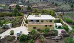 Amplia casa con garaje y jardín en Las Manchas
