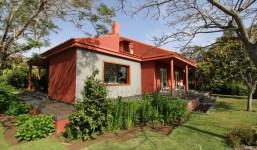 Villa con apartamento de invitados rodeada de jardines tropicales