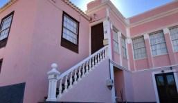 Casa unifamiliar con jardín y dos apartamentos para invitados
