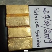 Lingotes de oro en la multitud en venta
