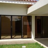 ALQUILO CASA RESIDENCIAL MIRAMAR, 1 PLANTA, PRIVADO, casa, cochera techada 3 vehiculos, sala, comedor, cocina con pantry, jardin, TERRAZA