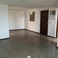 SE ALQUILA APARTAMENTO SAN BENITO, ideal oficina, calle principal con porton electrico 2 vehiculos