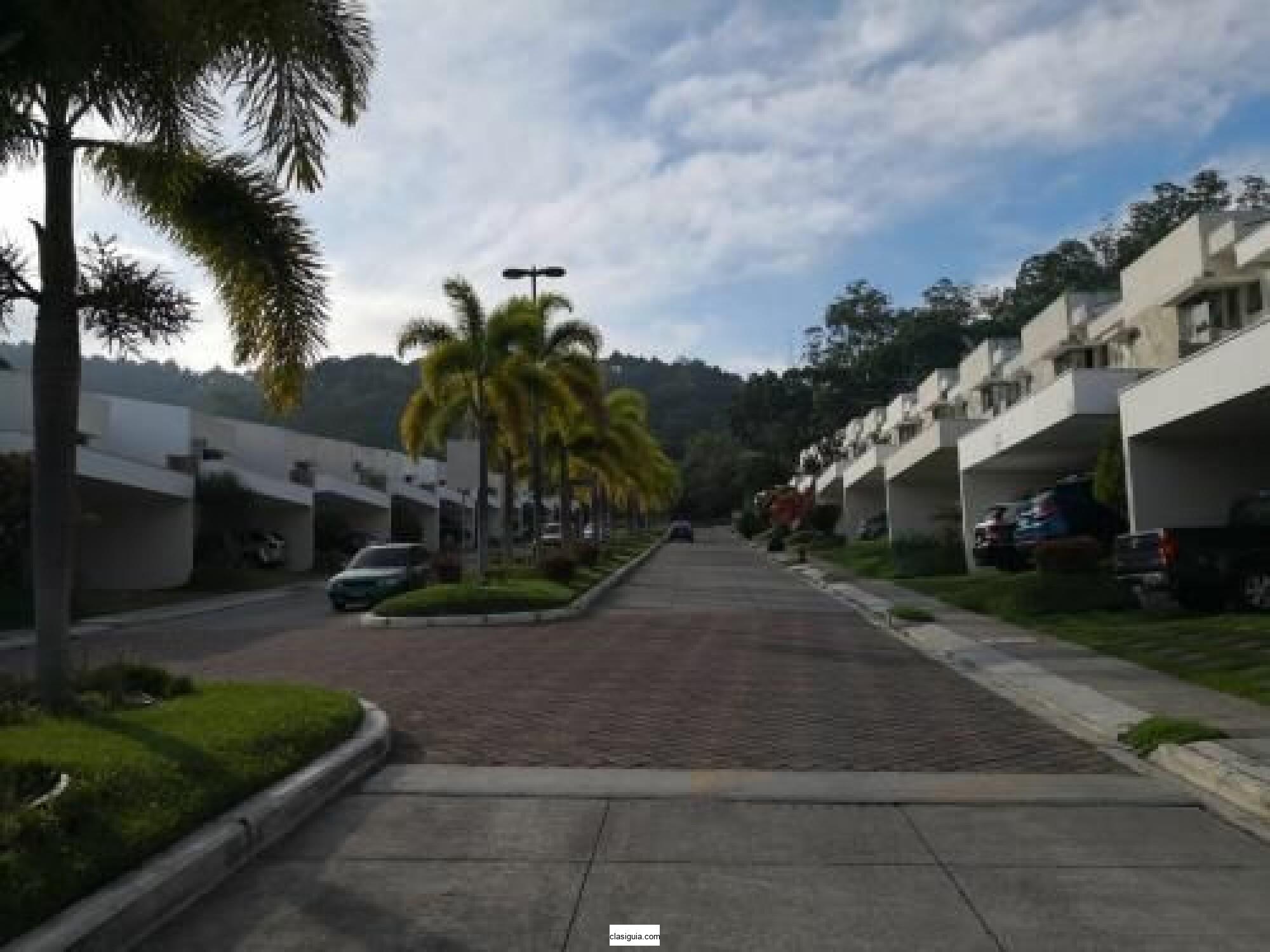 SE VENDE CASA EN CONDADO SANTA ELENA, MODERNA, PRIVADO, TIENE 278 mts2 de construccion y 500 v2 de terreno