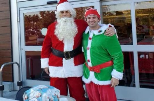 Two plainclothes policemen dressed as Santa Claus and elves arrested the suspect of car theft.