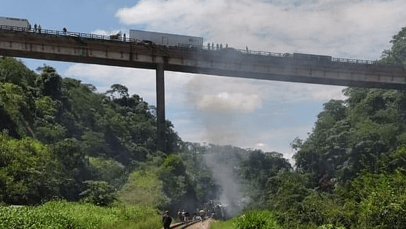 After the crash of a Brazilian bus, the driver abandoned the car and fled. The body fell from a high altitude, killing 16 people and injuring 27