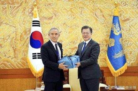 U.S. Ambassador to South Korea Harris leaves his post and presents Korean Soju
