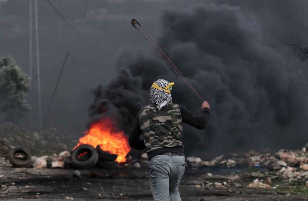 Israeli East Jerusalem police attacked by mobs, one person was injured