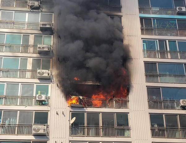 An apartment in South Korea caught fire: Woman was seriously injured, 4-year-old daughter died on the spot