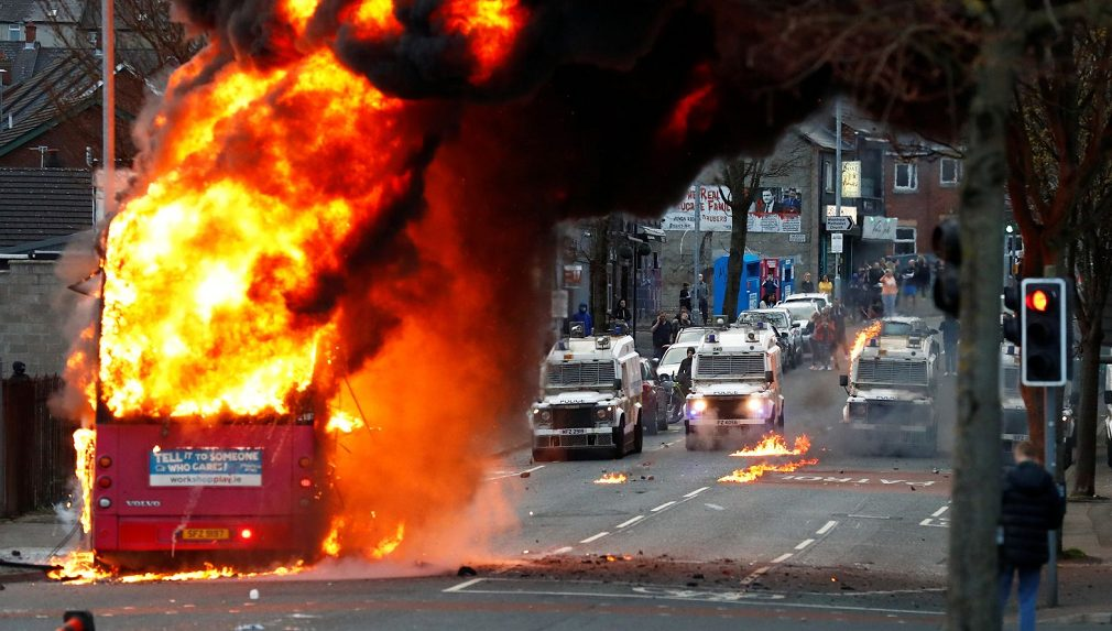 Riot broke out in Northern Ireland, England: People burned buses angrily. More than 40 policemen were injured. Johnson spoke late at night.