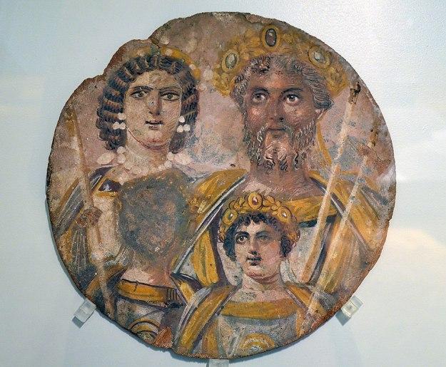Pyöreä maalaus, jossa kuvattuna tummaihoinen keisari kultainen kruunu päässään, keisarinna sekä kaksi nuorta poikaa; toisen pojan kasvot on maalattu piiloon.