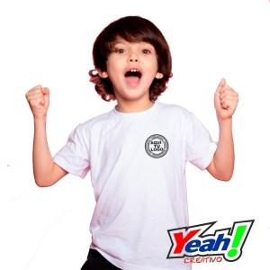 camiseta escolar con logotipo