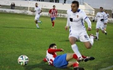 Tonete, protagonista del partido, evita una entrada de un jugador local / P. Aguilera