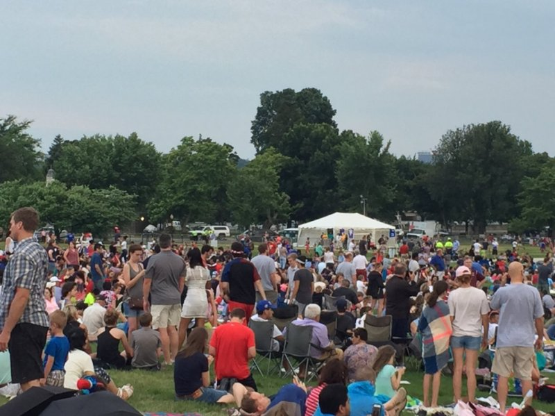 QUE.com.WashingtonDC.10.Monument.Crowd.02