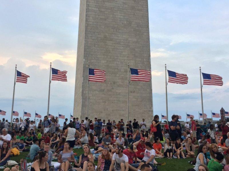 QUE.com.WashingtonDC.10.Monument.Crowd.03