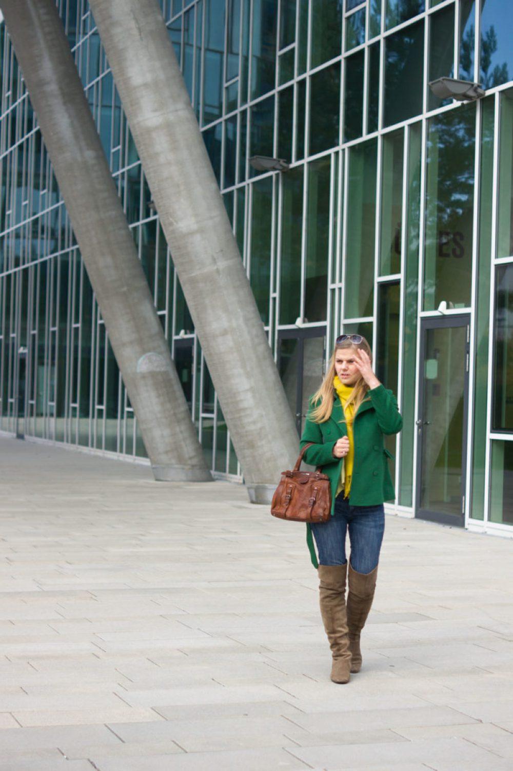 yellowgirl_kurzer-trenchcoat-ck-jenas-miumiu-tasche-gelber-schal_2