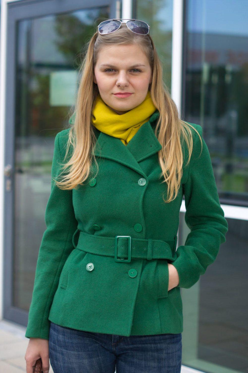 yellowgirl_kurzer-trenchcoat-ck-jenas-miumiu-tasche-gelber-schal_8