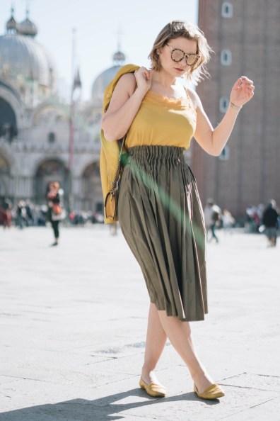 yellowgirl_#Sommerrock Outfit in gerafftem Midirock und Spitzentop, Loafers, Minitasche und Ledejacke von Oakwood in Gelb (8 von 8)